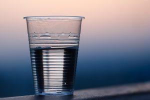 Bebendo água suja